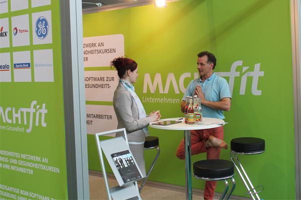 Sportlich: Lea Von Hoffen (Partner Management) im Austausch mit Gesundheitsanbietern