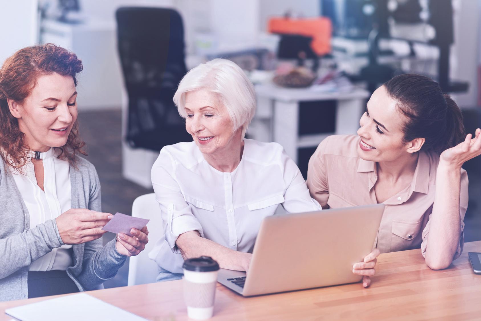 Foto zeigt ein Beispiel für gutesPersonalmanagement durch die Einbindung älterer Mitarbeiter