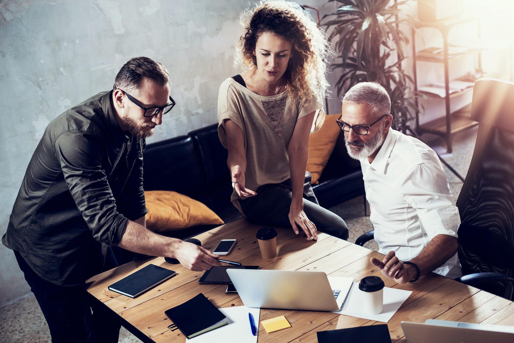 Ältere Mitarbeiter motivieren durch Einbezug im Team