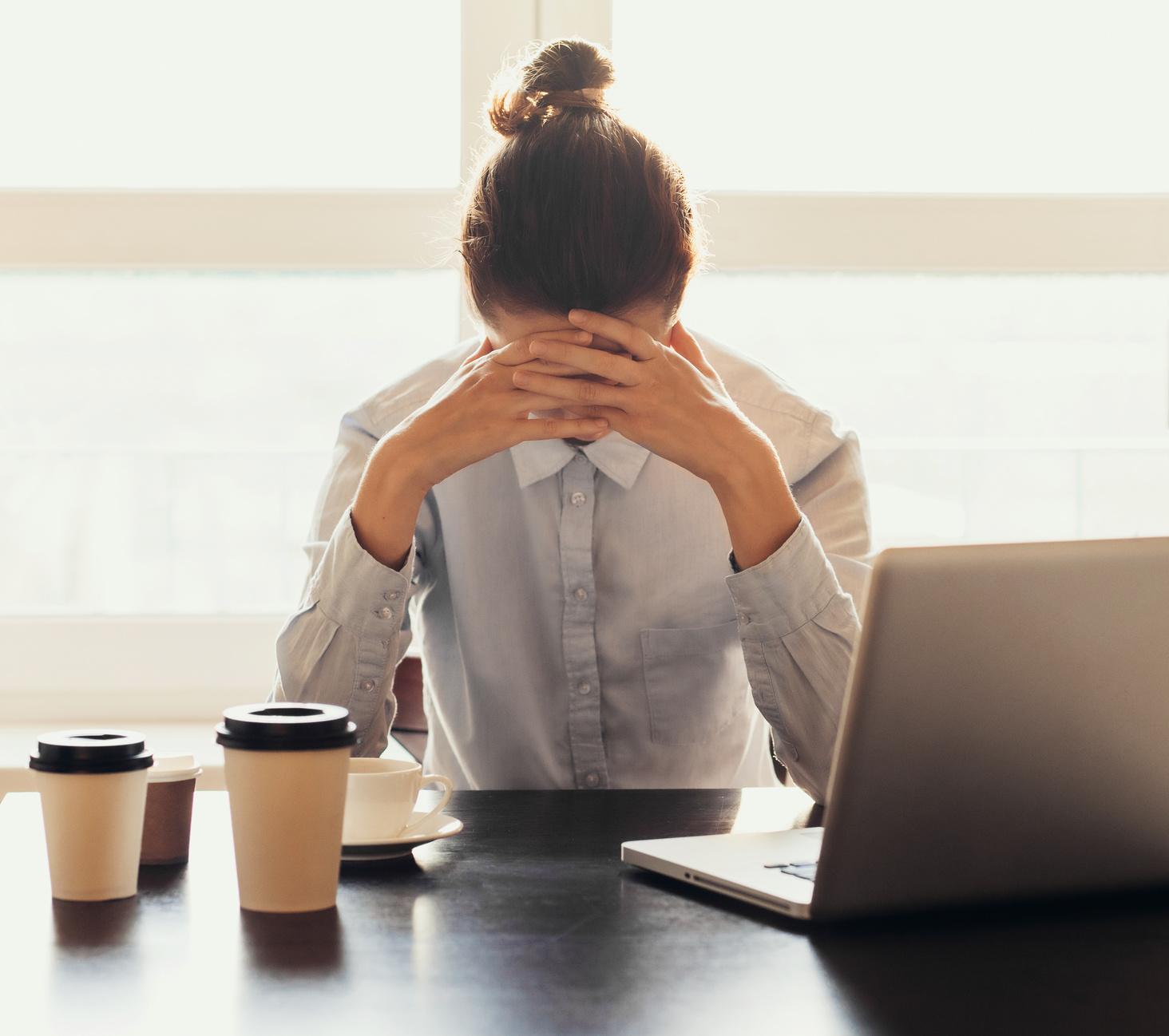 Bild zeigt Boreout Betroffene am Schreibtisch