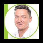 Bild zeigt Adam Zielke, der sich bei der DB Vertrieb GmbH um Prävention und Gesundheitsförderung kümmert