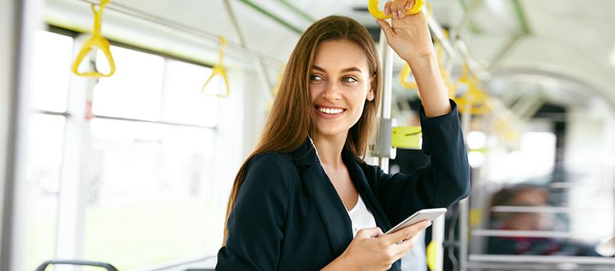 Personalgewinnung in Verkehrsunternehmen leicht gemacht: Bild zeigt Business-Frau im Bus