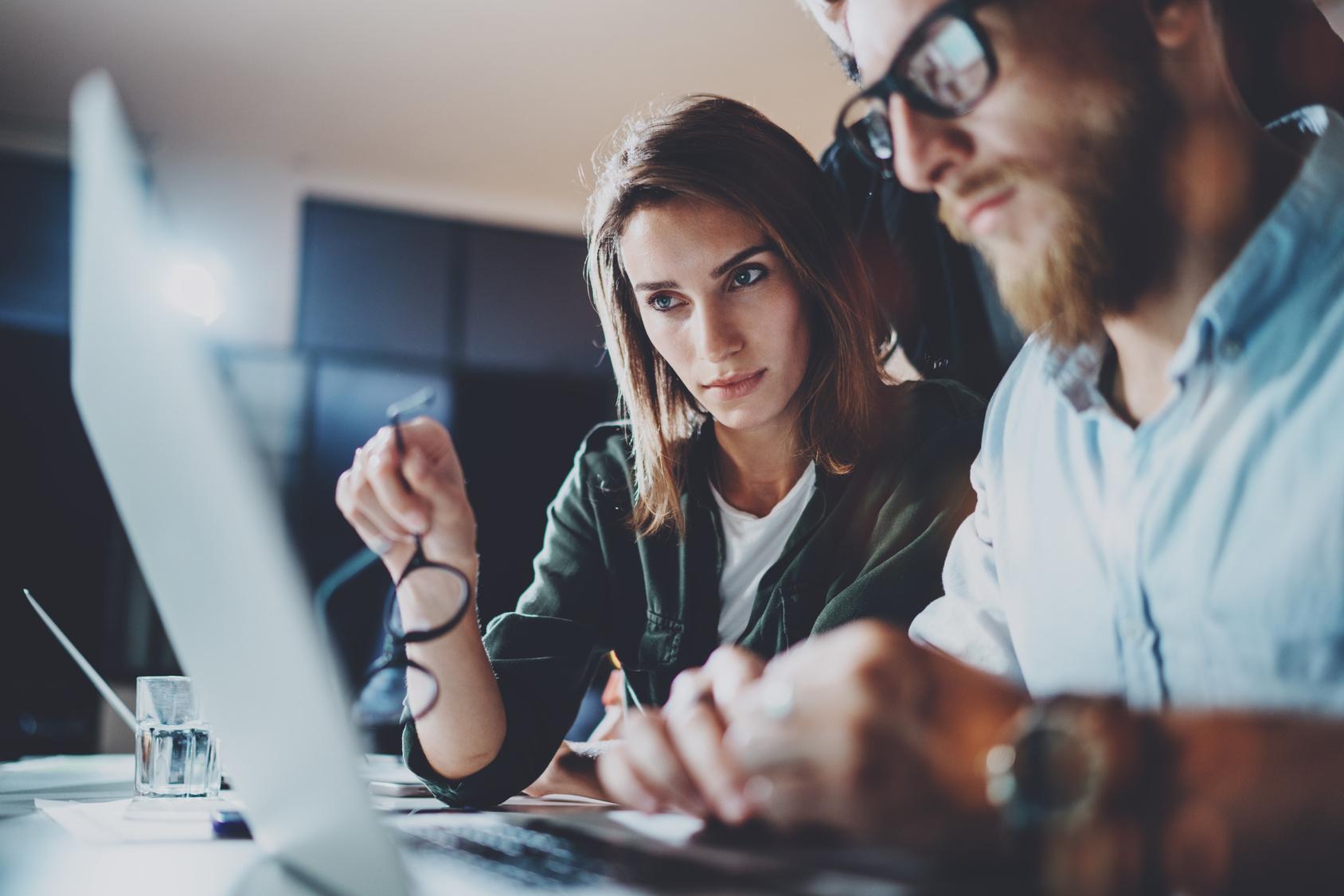 Bild zeigt Mitarbeiter, die trotz Fachkräftemangel in Chemie- und Pharmabranche dei Digitalisierung im Unternehmen vorantreiben