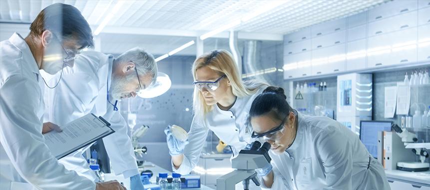 Bild zeigt Mitarbeiter im Chemielabor, die dem Fachkräftemangel in der Chemie- und Pharmabranche trotzen