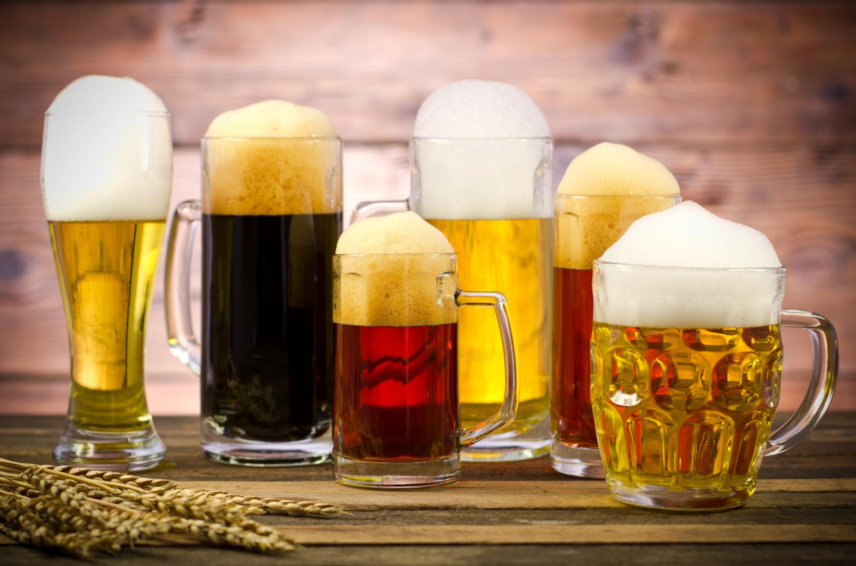 Bild zeigt Bierkrüge und die Notwendigkeit von Suchtprävention und Gesundheitsförderung
