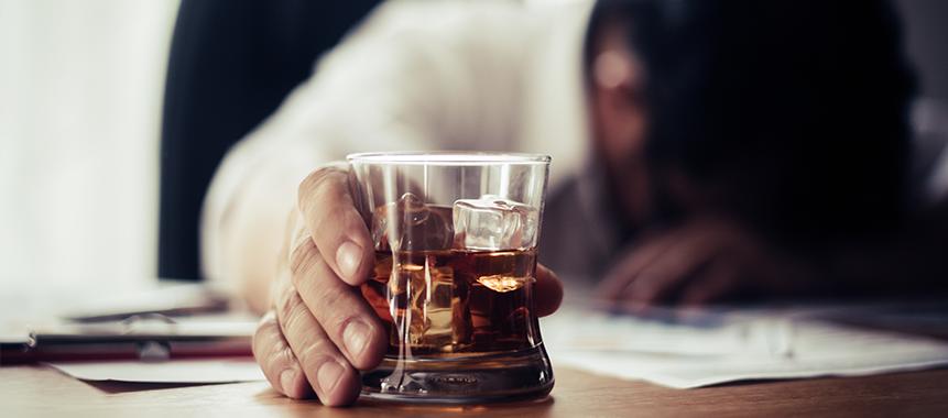 Bild zeigt alkoholbhängigen Mitarbeiter und die Notwendigkeit von Suchtprävention