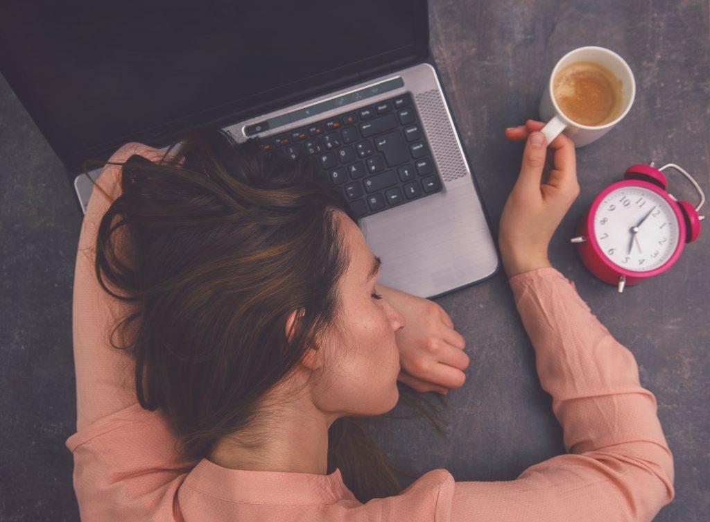 Bild zeigt Erkenntnis aus Barmer Gesundheitsreport: höhere Fehlzeiten durch Schlafstörungen