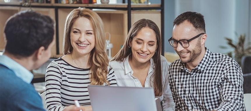 Bild zeigt glückliche Mitarbeiter und die Digitalisierung der Arbeitswelt