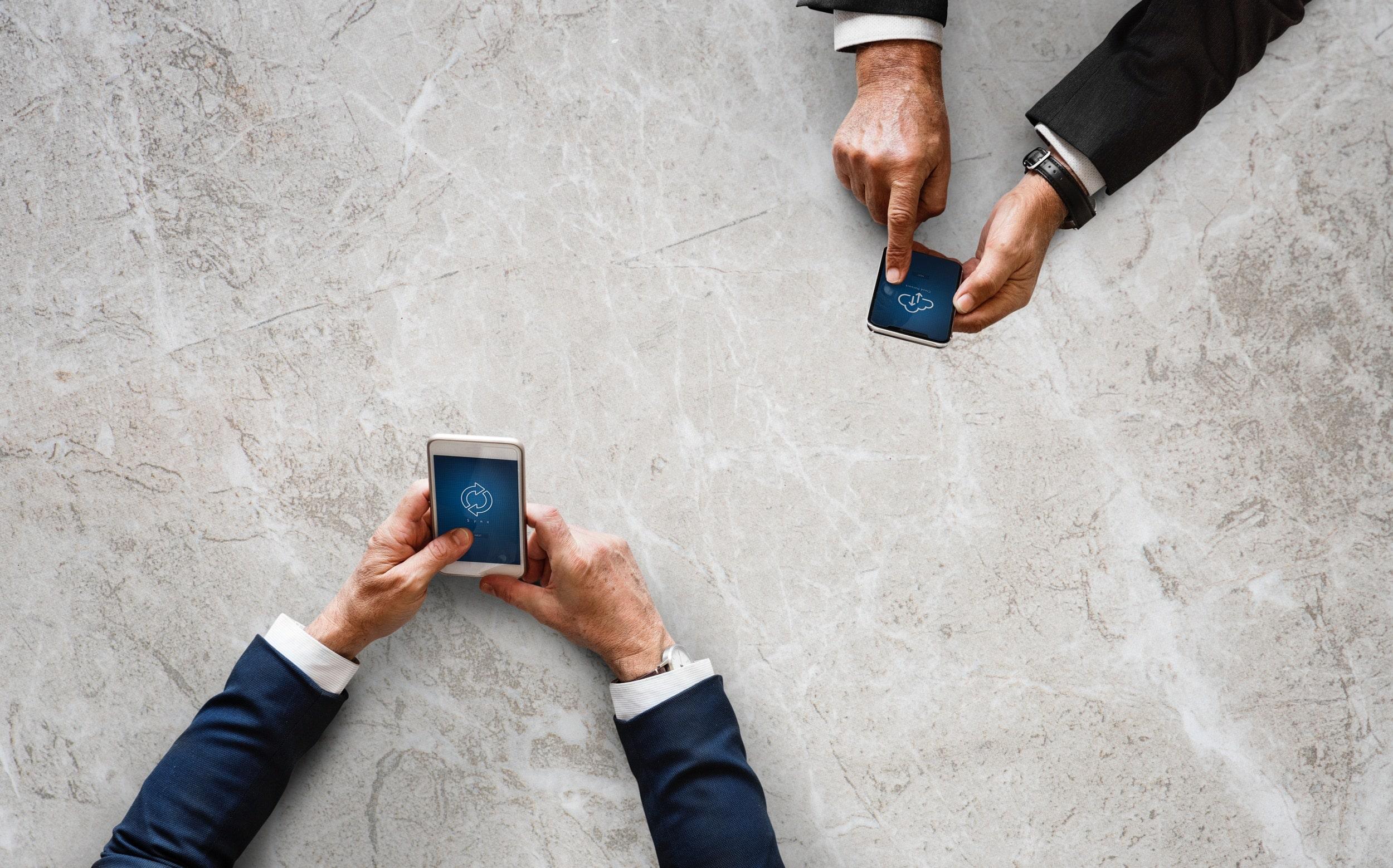 Bild zeigt die Digitalisierung der Arbeitswelt und die ständige Erreichbarkeit im Alltag