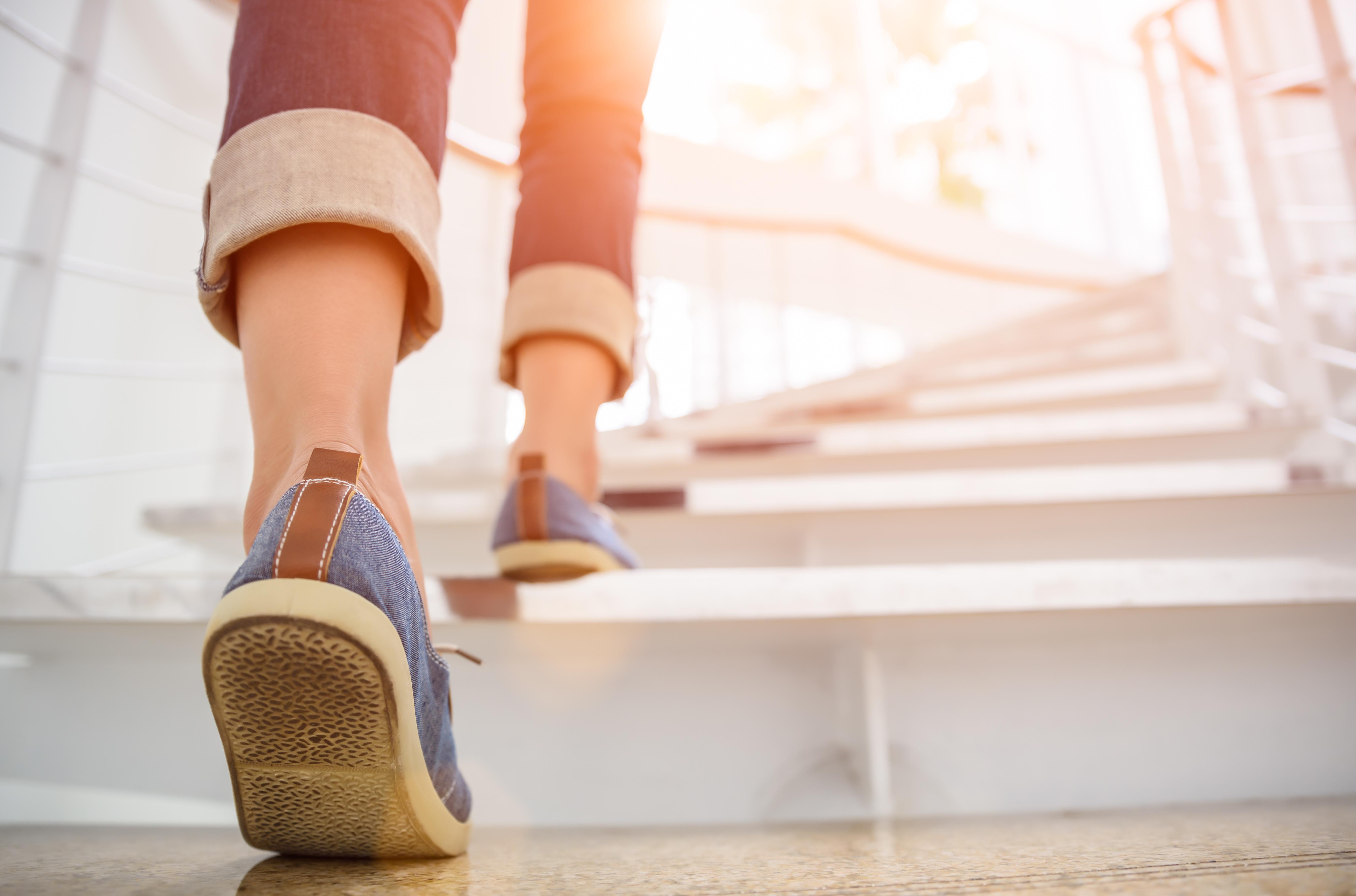 Bild zeigt Mitarbeiterin auf der Treppe im Rahmen der betrieblichen Gesundheitsförderung